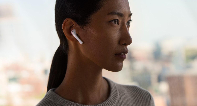 Apple AirPods в ушах
