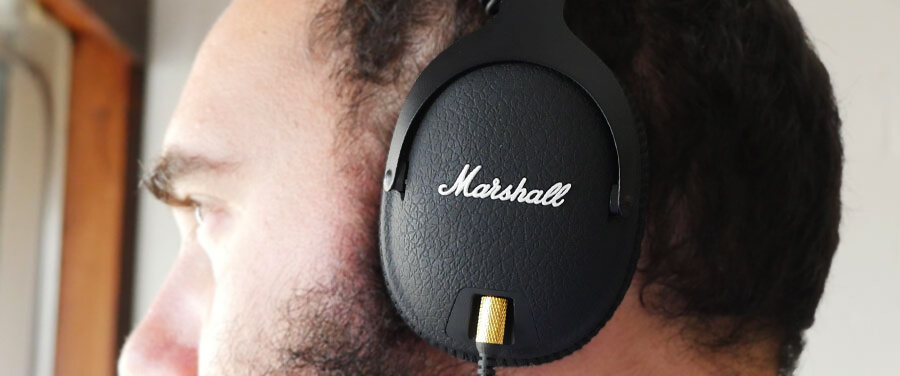 Marshall мониторные наушники на голове